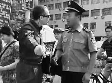 Foreigner and Security Guard Argument Outside of Peking University Goes Viral