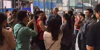 Apple CEO Tim Cook Takes Calligraphy Lesson from Hangzhou Master