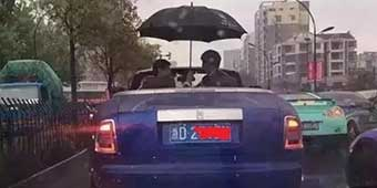 Tuhao Rolls-Royce Owner Photographed Sheltering Car with Umbrella