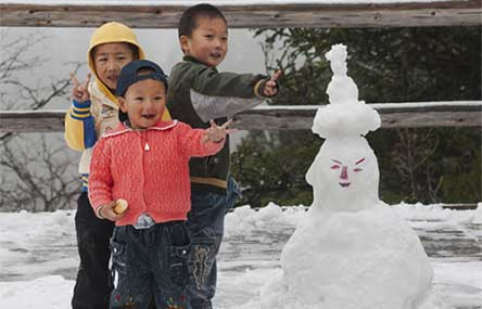 Northern China Shocked by Snowfall After Mid-Autumn Festival